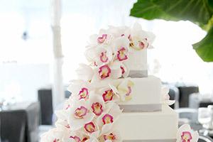 Beautiful white wedding cake design with pink flower design